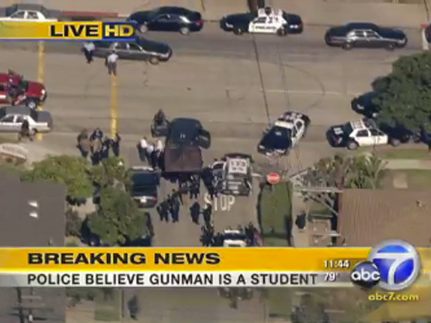 Polícia e serviços de emergência chegam na escola pública, no subúrbio de Los Angeles. - Crédito: Foto: Associated Press