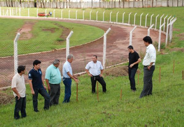 Vice Prefeito Ronaldo mostra local onde arquibancadas serão erguidas   - Crédito: Foto: Divulgação