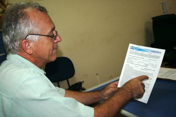 Diretor da Fumatur, Paulo Cezar, mostra a Licença Prévia do Imassul.  - Crédito: Foto: Paulo César