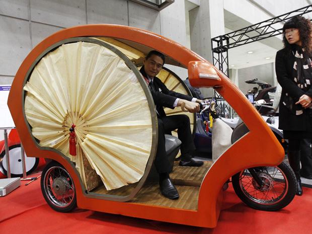 Funcionário da fabricante japonesa de veículos elétricos Yodogawa exibiu, nesta quarta-feira - Crédito: Foto: Kim Kyung-Hoon/Reuters