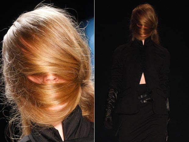 No desfile da grife A.F. Vandevorst, modelos desfilam com o rosto coberto por cabelo. A  marca belga, da dupla belga Filip Arickx e An Vandevorst , abriu nesta quarta - Crédito: Foto: AP