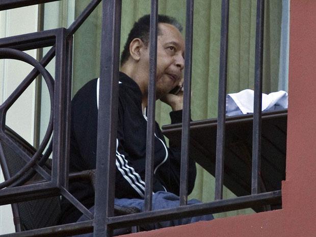 O ex-ditador haitiano Baby Doc fala ao telefone em seu quarto de hotel nesta quarta-feira - Crédito: Foto: AP