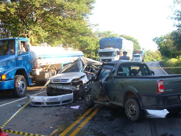Cinco pessoas morrem em batida envolvendo dois veículos na MGT-122, no Norte de Minas - Crédito: Foto: Divulgação / Corpo de Bombeiros