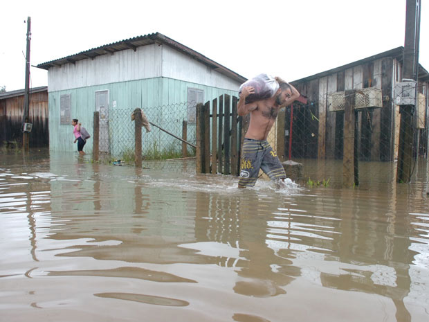 Chuva causou alagamentos em Criciúma, em Santa Catarina - Crédito: Foto: Maurício Vieira/Diário Catarinense/Agência RBS
