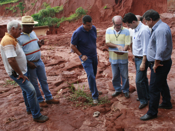 Prefeito, secretários e engenheiros se reúnem para elaborar plano emergencial. Foto - Paulo César -