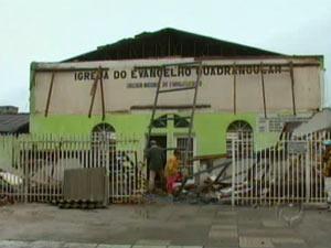 Marquise de igreja desabou, na quarta-feira, em Curitiba - Crédito: Foto: Reprodução/RPC TV