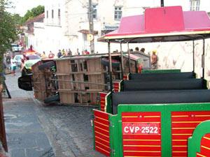Vagão de trem turístico tombou, em Olinda  - Crédito: Foto: Reprodução/TV Globo Nordeste
