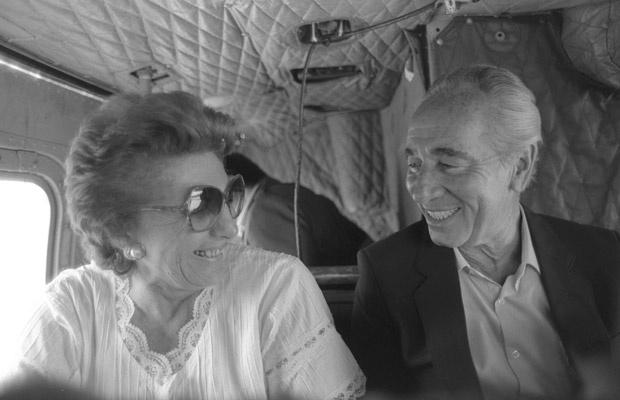 Sonya e Shimon Peres voam de helicóptero, em foto não datada distribuída pela Presidência de Israel. - Crédito: Foto: AP
