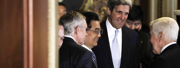 O presidente da China, Hu Jintao, cumprimenta o senador republicano Richard Lugar, observado pelo democrata John Kerry e pelo também democrata Harry Reid, nesta quinta-feira - Crédito: Foto: AP