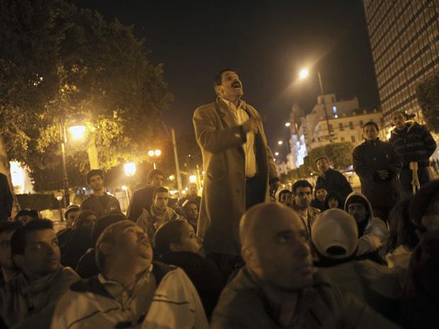 Tunisianos reúnem-se no centro de Túnis na noite desta quarta-feira - Crédito: Foto: AP