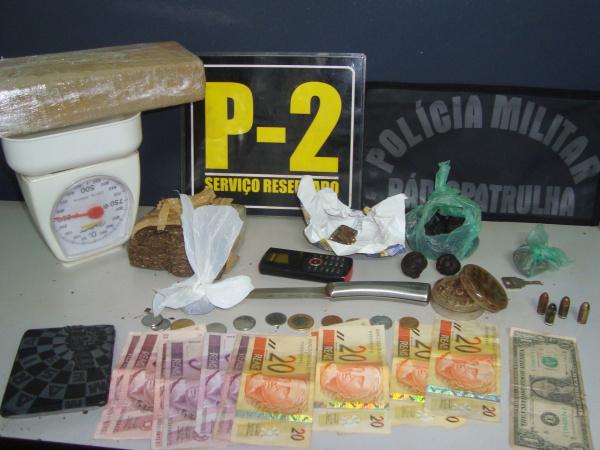 Droga, balança, dinheiro e faca apreendida em boca. foto - CIDO COSTA -