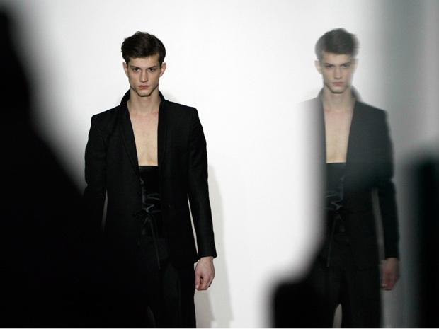 Modelo desfila criação do estilista brasileiro Gustavo Lins na manhã desta sexta-feira - Crédito: Foto: AP