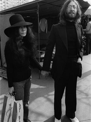 Yoko Ono e John Lennon em imagem de 1969, em Paris. - Crédito: Foto: AFP