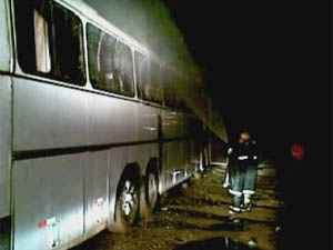 Bombeiros suspeitam que incêndio em ônibus tenha sido criminoso. - Crédito: Foto: Reprodução/TV Globo