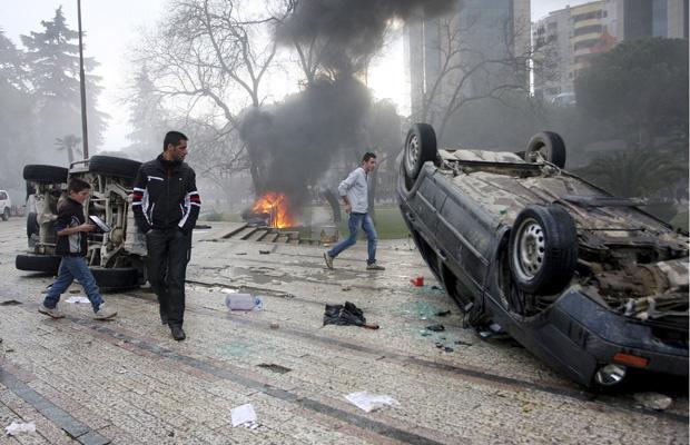 Carros virados durante protesto desta sexta-feira - Crédito: Foto: AP