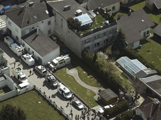 A casa onde Josef Fritzl manteve a filha Elizabeth presa por 24 anos, em Amstetten, na Áustria - Crédito: Foto: AFP