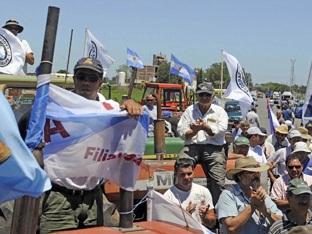 Agricultores argentinos protestam com seus tratores, na frente da sede da Cargill, na cidade de Alvear - Crédito: Foto: Reuters
