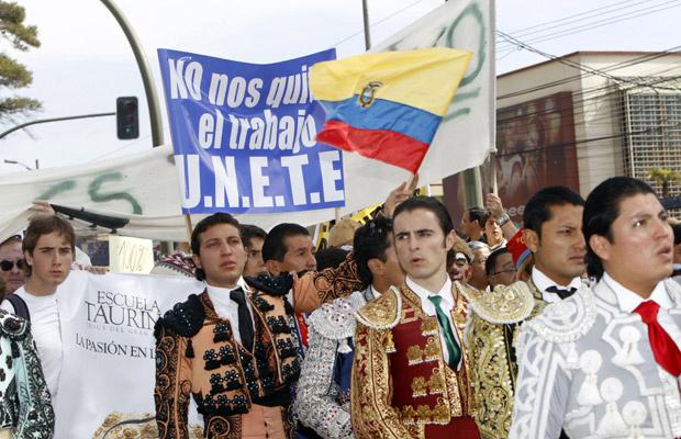 Toureiros protestam em frente à arena Monumental, em Quito, capital do Equador, nesta sexta-feira - Crédito: Foto: Reuters
