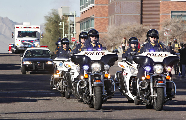 Comboio com a ambulância da parlamentar Gabrielle Giffords passa por rua de Tucson, no Arizona, nesta sexta-feira - Crédito: Foto: AP