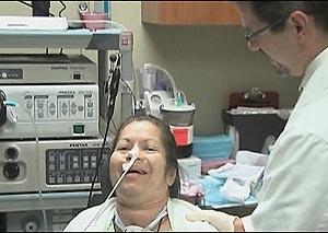 Jensen usava dispositivo eletrônico para falar antes da operação. - Crédito: Foto: BBC