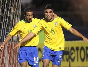 Casemiro comemora o primeiro gol do Brasil contra a Colômbia, em Tacna - Crédito: Foto: Mowa Press