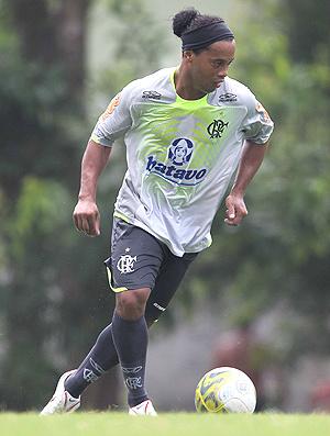 Ronaldinho conduz a bola em treino do Fla  - Crédito: Foto: Alexandre Cassiano/Globo