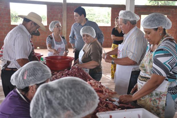 Voluntários e município se unem para produzir a linguiça de Maracaju  - Crédito: Fotos: Reginaldo Ferreira