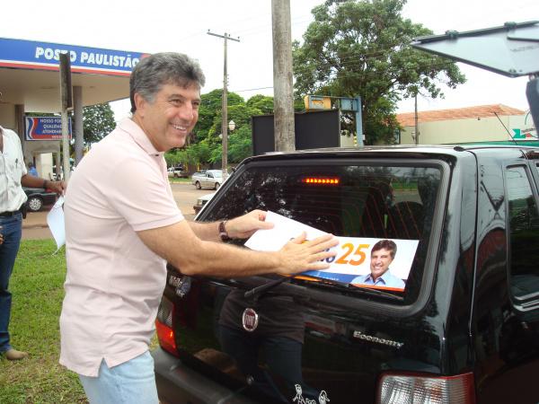 Candidato Murilo Zauith faz adesivagem, no sábado, pelo centro da cidade Foto – Milena Cardinal     -