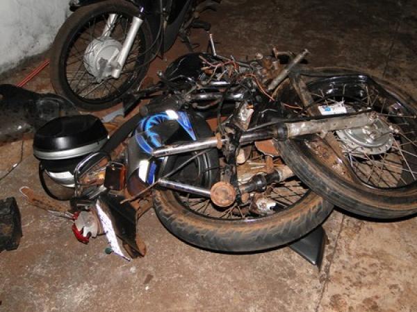 Acidente envolveu motos e carro. foto - ITAPORANEWS -