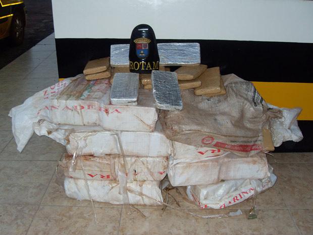 Policiais militares apreenderam 250 tabletes de maconha, o equivalente a 161 quilos da droga, na manhã desta segunda-feira - Crédito: Foto: Divulgação/Polícia Militar do Paraná