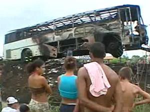 Segundo a polícia, ônibus é incendiado pelos próprios passageiros - Crédito: Foto: Reprodução/TV Globo