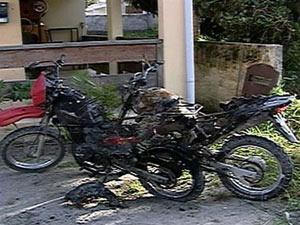 Motocicletas de vigilantes ficaram carbonizadas após discussão e tiros - Crédito: Foto: Reprodução/TV Globo