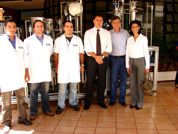 Longen, Murilo e Dinaci, ao lado de pesquisadores  - Crédito: Foto: José Roberto Almeida