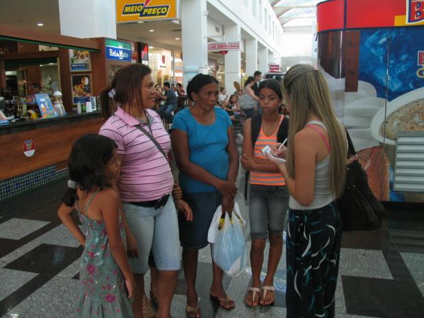 Daniela entrevista pessoas no shopping de Dourados -