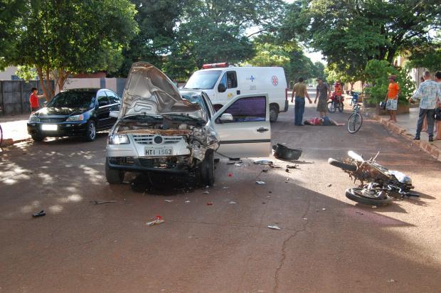 Motociclista que carregava duas pessoas morreu na hora  - Crédito: Foto: Escabora