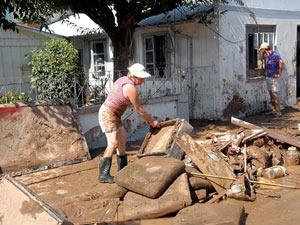 Moradores tentam limpar as casas em Mirim Doce  - Crédito: Foto: Divulgação/Secretaria de Estado de Comunicação