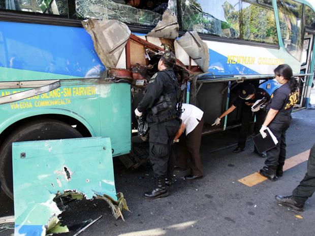 Policiais observam o ônibus alvo de ataque nesta terça-feira - Crédito: Foto: AP