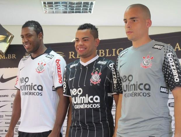 Jucilei, Dentinho e Julio Cesar: os modelos da nova camisa - Crédito: Foto: Leandro Canônico/GloboEsporte.Com