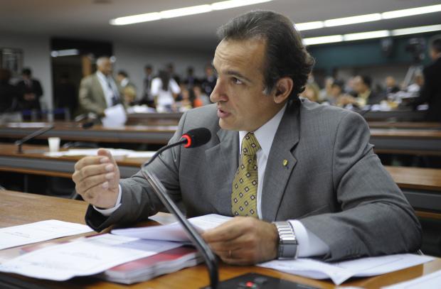 Deputado Hugo Leal diz quem tem condições deve ressarcir o Estado e o povo - Crédito: Foto: Janine Moraes – Agência Câmara