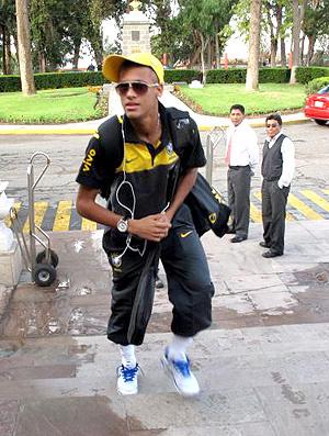Neymar na chegada da Seleção Brasileira sub-20 a Arequipa - Crédito: Márcio Iannacca / Globoesporte.com