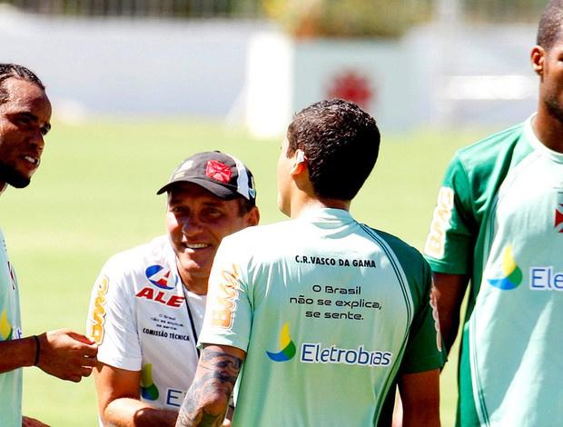 PC conversa com Carlos Alberto, o lateral Ramon e o zagueiro Dedé - Crédito: Foto: Maurício Val / FOTOCOM.NET