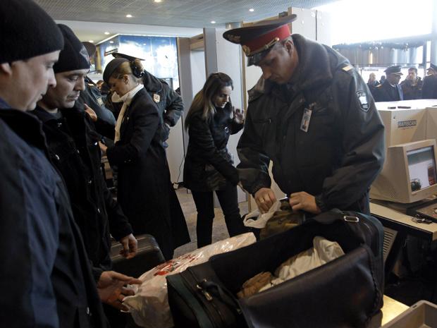 Passageiros passam por checagem de segurança no aeroporto Domodedovo, nesta quarta-feira - Crédito: Foto: AP