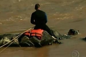 Bombeiros buscam corpo de mãe e filha em rio  - Crédito: Foto: Reprodução TV GLOBO