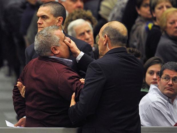Guardas cercam o homem que tentou chegar até o papa Bento XVI nesta quarta-feira - Crédito: Foto: AFP