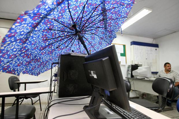 Guarda-chuva foi usado para proteger computadores em delegacia - Crédito: Foto: Arestides Baptista/Agência A Tarde/AE