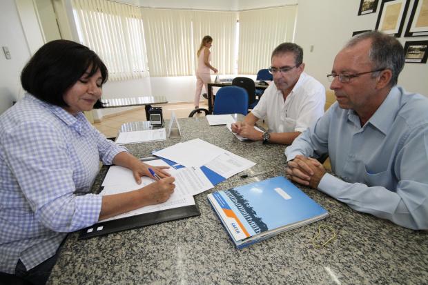 Délia Razuk assina convênios na presença de gerente da Caixa, Nivaldo Petelin - Crédito: Foto: A. Frota