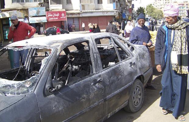 Moradores de Suez passam nesta quinta-feira - Crédito: Foto: AP