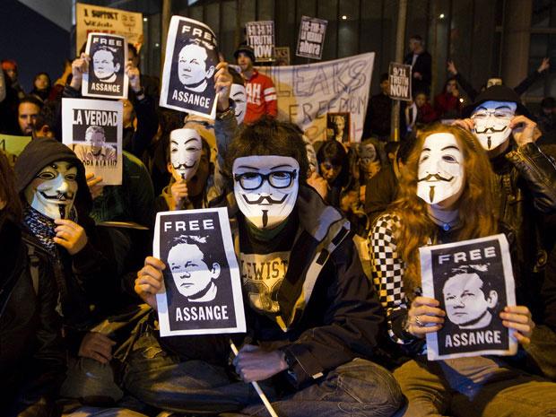 Manifestantes usam máscara de personagem de filme \'V de Vingança\' em protesto na embaixada britânica de Madrid, na Espanha, contra a prisão do ativista Julian Assange, do Wikileaks. - Crédito: Foto: AP Photo/Stringer