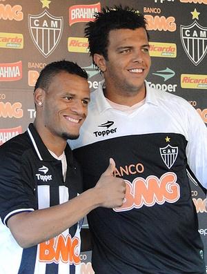 Giovanni, quando foi apresentado, ao lado de Patric  - Crédito: Foto: Marco Antônio Astoni / Globoesporte.com