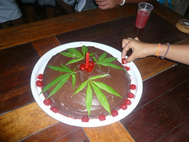 Máquinas fotográficas de convidados foram apreendidas com imagens do bolo de chocolate e maconha, que foi servido em festa de aniversário em praia da Bahia - Crédito: Foto: Divulgação/Polícia Civil da Bahia